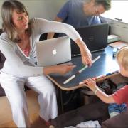 Frugtspisende familie bor i autocamper