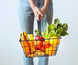 Indkøbskurt med frugt og grønt