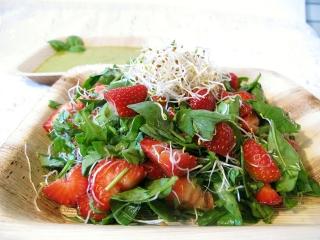 Jordbærsalat med spirer og spinat