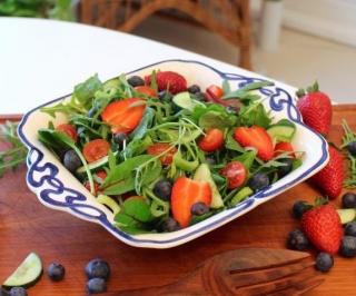 Grøn salat med jordbær